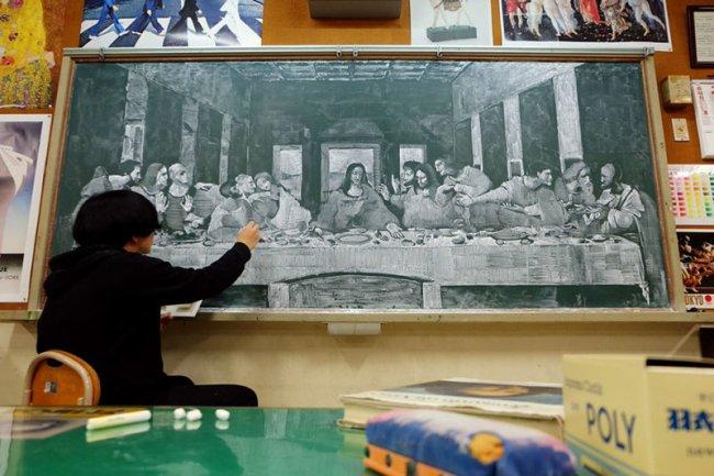 Японский учитель радует своих учеников потрясающими картинами на школьной доске