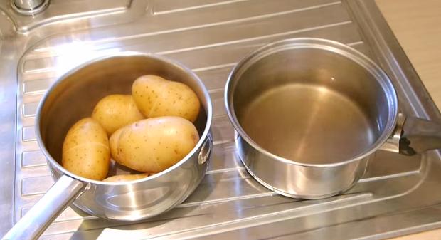 Как очистить вареный картофель за несколько секунд?