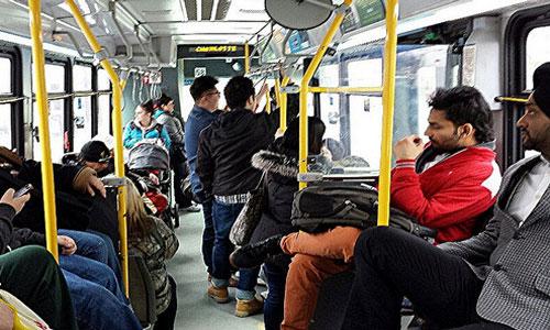 Еду в автобусе. Напротив парень сидит.