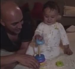 Малыш необычайно рад, подаренной игрушке. Очень заразительно.