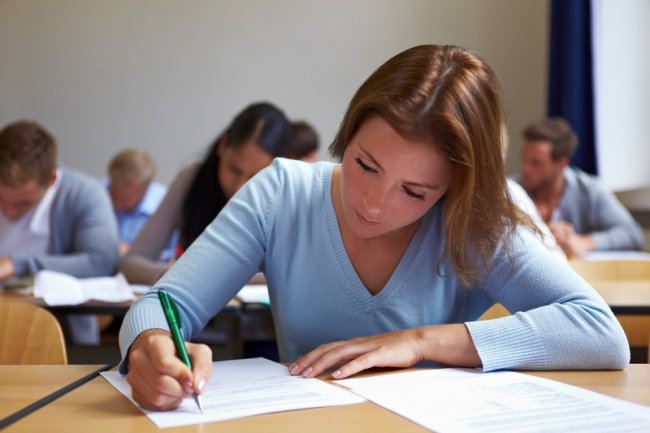 У девочек есть два способа сдачи экзамена - честный и не очень на