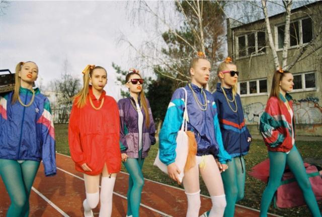 Модный образ лихих 90-ых с ярко выраженной идентичностью.