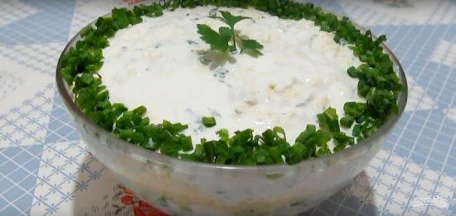 Салат с курицей и сыром.