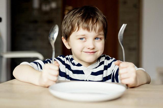 Папа нашел блестящий способ заставить сына правильно питаться