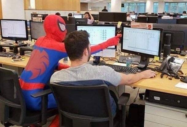 Работник банка уволился в костюме спайдермена и прославился