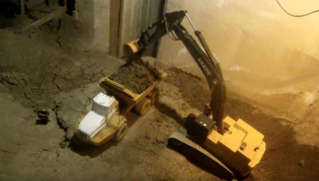 В Канаде мужчина 14 лет роет подвал с помощью игрушечных экскаваторов и грузовиков