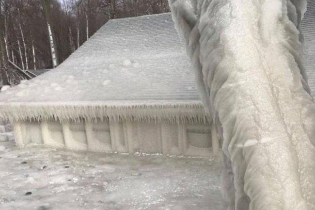 Дом на берегу озера Онтарио полностью покрылся льдом
