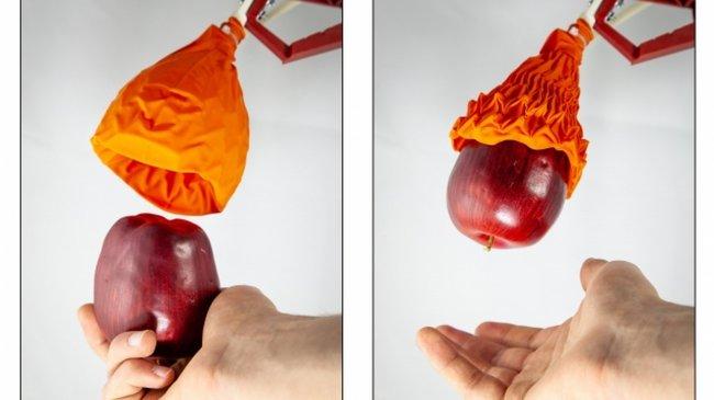 Устройство, похожее на сдутый воздушный шар, бережно поднимает тяжёлые предметы